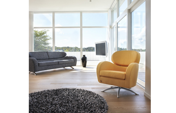STREAM 3 -seat sofa. Textile Neon uni black. STING chair in Dinamica melange 2155. Legs in mate chrome.