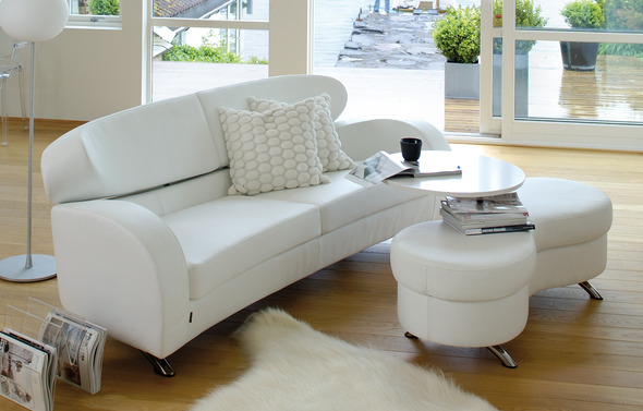 Stream 3-seater and Stream stool in leather White classic. Table in white lacquer.
